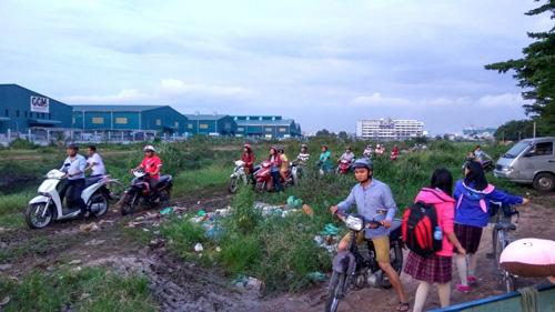 """Người Sài Gòn """"mở đường"""" ở khu vực sình lầy để thoát kẹt xe - 6"""