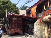 Tin tức trong ngày - Container mất lái, đâm xuyên qua 4 nhà dân