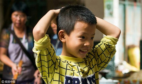 Bé trai 8 tuổi nặn 10.000 viên hoành thánh mỗi ngày - 4