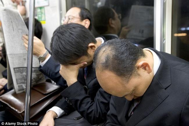Quốc gia hiếm hoi kêu gọi dân bớt hăng say làm việc - 1