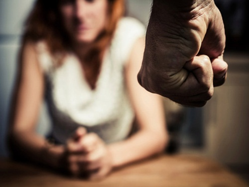Bị chồng hành hạ vì có người mẹ bỏ nhà theo trai - 1