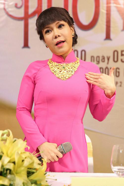 Việt Hương đeo dây chuyền vàng hơn 2 tỷ đi ra mắt show mới - 1