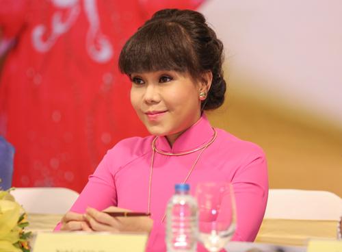 Việt Hương đeo dây chuyền vàng hơn 2 tỷ đi ra mắt show mới - 3