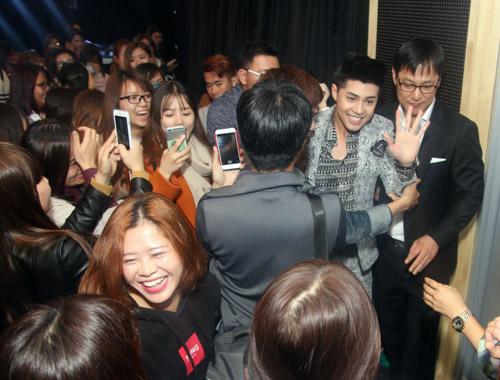 Khán giả quây kín Noo Phước Thịnh tại Hàn Quốc - 2