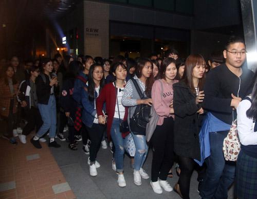 Khán giả quây kín Noo Phước Thịnh tại Hàn Quốc - 3