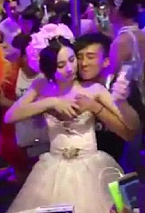 Xôn xao clip cô dâu TQ cho khách sờ ngực để kiếm tiền - 1