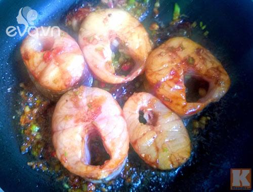 Cá kho lá chè tươi cho bữa cơm thêm đậm vị - 3