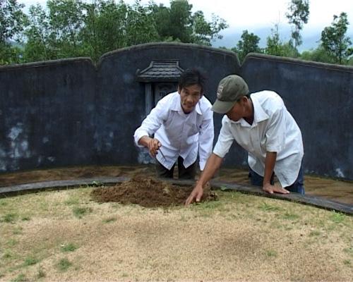 Chuyện lạ ở Huế: Hàng ngàn ngôi mộ bị đóng đinh - 2