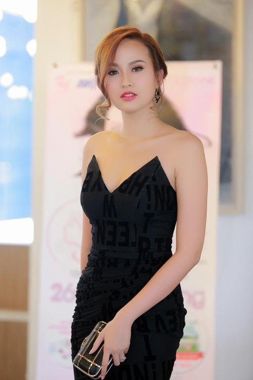 MC Anh Tuấn tình tứ ôm eo Á quân The Face Khánh Ngân - 1