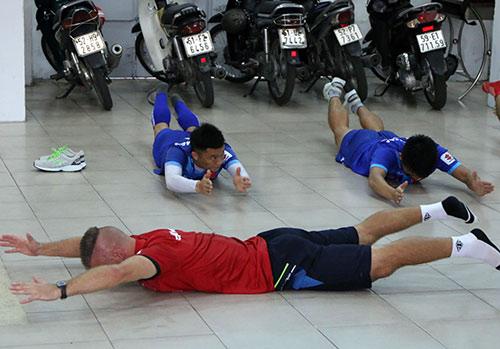 Tại sao ĐT Việt Nam, Công Vinh tập hít đất, bơi trong nhà? - 7