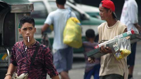 Sau ma túy, Duterte cấm tiệt dân hút thuốc nơi công cộng - 1