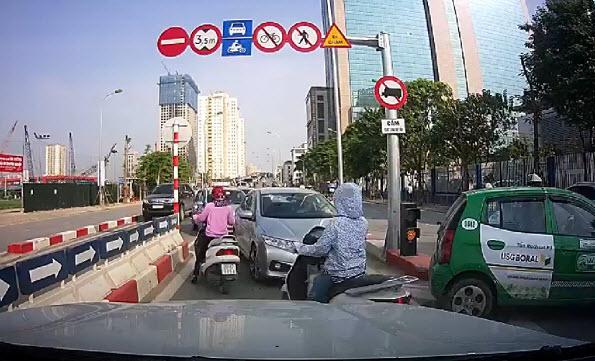 HN: Phạt 2 tài xế đi ngược chiều lao vun vút trên cầu vượt - 1