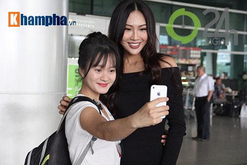 Người đẹp Miss World đón huyền thoại UFC Chuck đến Việt Nam - 2