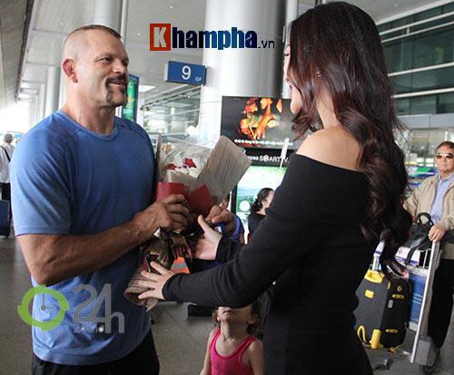 Người đẹp Miss World đón huyền thoại UFC Chuck đến Việt Nam - 3