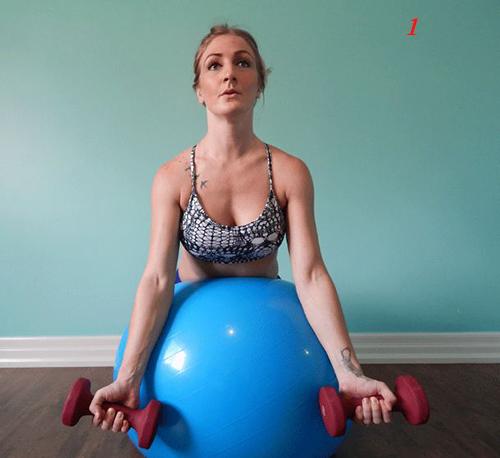 4 bài tập tạ tay trên bóng giúp eo thon, ngực nở - 3