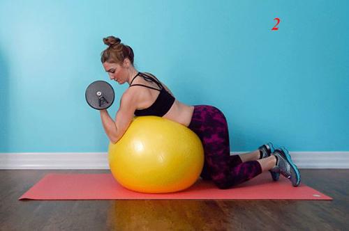 4 bài tập tạ tay trên bóng giúp eo thon, ngực nở - 2
