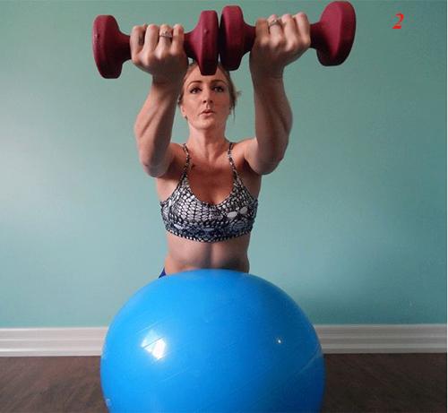 4 bài tập tạ tay trên bóng giúp eo thon, ngực nở - 4