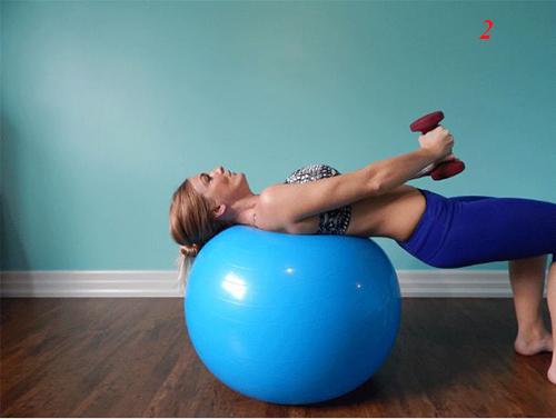 4 bài tập tạ tay trên bóng giúp eo thon, ngực nở - 8