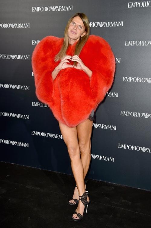 """""""Cuộc chiến"""" lông thú tim đỏ giữa Rihanna và các chân dài - 4"""