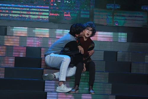 """""""Gái một con"""" Lê Phương sexy, ôm ấp trai trẻ trên sân khấu - 1"""