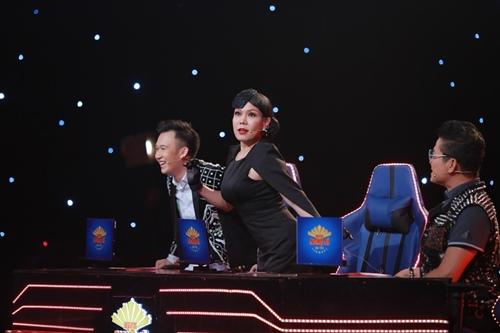"""""""Gái một con"""" Lê Phương sexy, ôm ấp trai trẻ trên sân khấu - 4"""