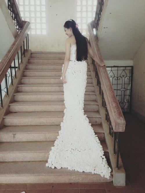 Cô gái Chăm đẹp hút hồn với váy cưới làm từ giấy ăn - 2