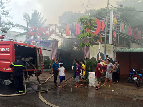 Cháy dữ dội tại quán karaoke nổi tiếng miền Tây - 1