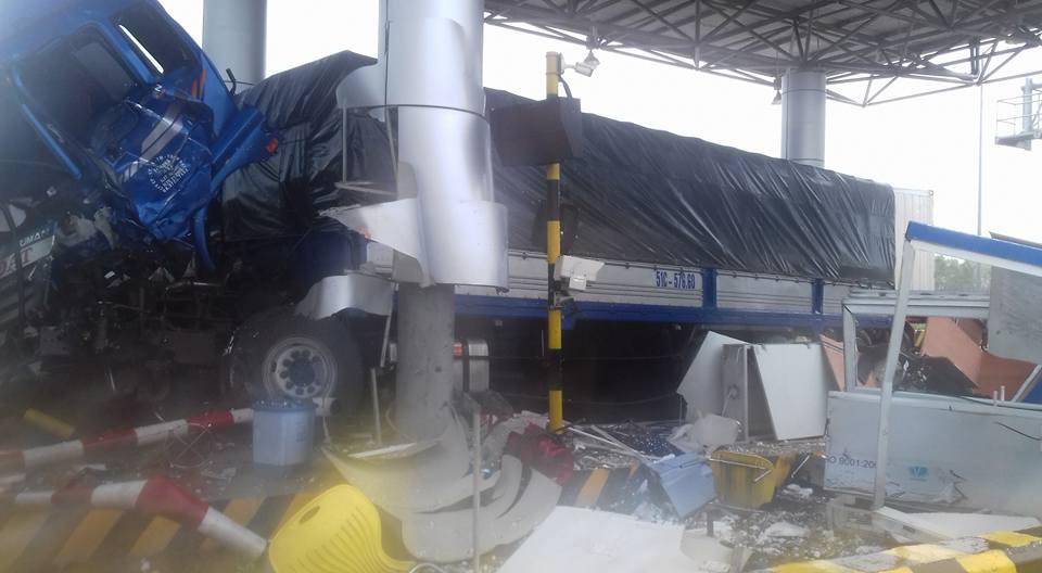 Xe container tông nát trạm thu phí ở Khánh Hòa - 1