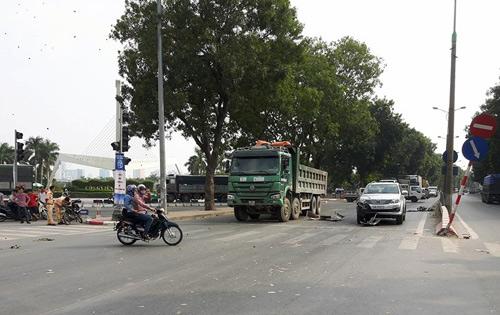 Hà Nội: 2 thanh niên bị cuốn vào gầm xe sau tai nạn liên hoàn - 1