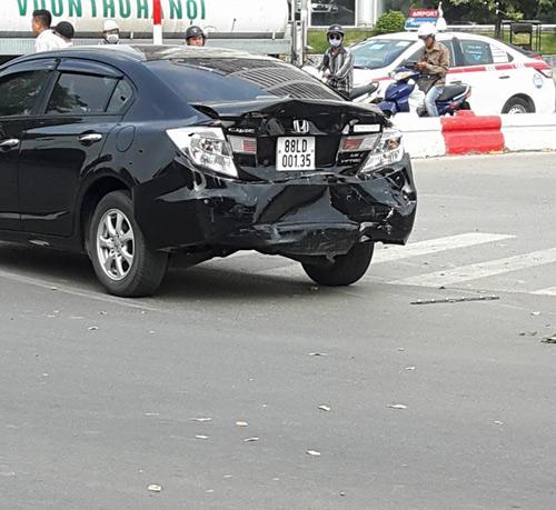 Hà Nội: 2 thanh niên bị cuốn vào gầm xe sau tai nạn liên hoàn - 2