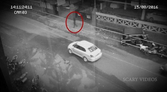 Video: Bóng đen bí ẩn qua đường không sợ xe giữa ban ngày - 1