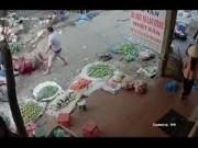 Video An ninh - Mâu thuẫn lúc ăn sáng, vác dao chém bạn giữa chợ