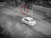 Phi thường - kỳ quặc - Video: Bóng đen bí ẩn qua đường không sợ xe giữa ban ngày