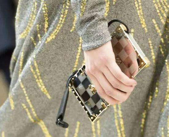 """LV gia nhập những """"ông hoàng thời trang"""" sản xuất ốp điện thoại - 4"""
