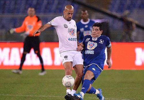 "Ronaldinho, Maradona ""diễn xiếc"" với nhiều huyền thoại - 11"