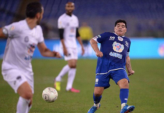 "Ronaldinho, Maradona ""diễn xiếc"" với nhiều huyền thoại - 6"
