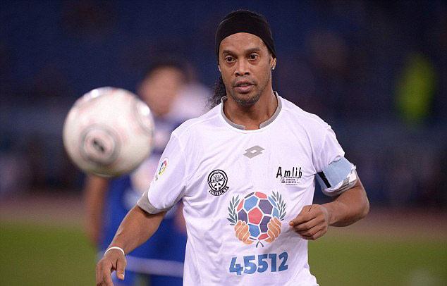 "Ronaldinho, Maradona ""diễn xiếc"" với nhiều huyền thoại - 4"