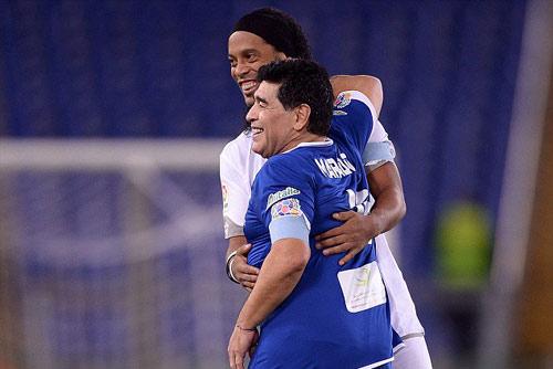 "Ronaldinho, Maradona ""diễn xiếc"" với nhiều huyền thoại - 5"