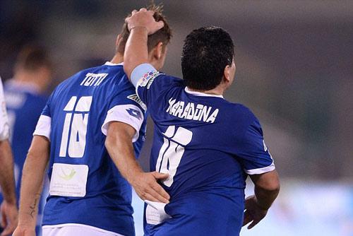 "Ronaldinho, Maradona ""diễn xiếc"" với nhiều huyền thoại - 9"