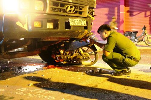 """Xe máy """"đội"""" xe tải lúc 0 giờ, 1 người chết - 2"""