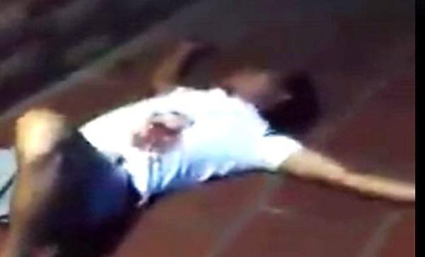 Hỗn chiến sau va chạm xe, một người gục bên rìa đường - 1