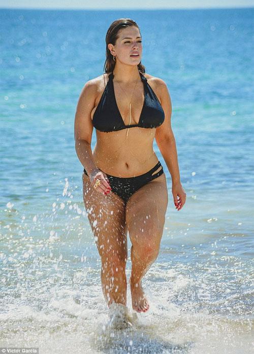 """""""Mẫu béo sexy nhất"""" mặc bikini khoe vòng 1 căng tràn - 1"""