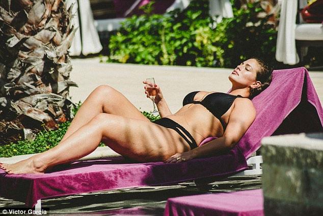 """""""Mẫu béo sexy nhất"""" mặc bikini khoe vòng 1 căng tràn - 4"""