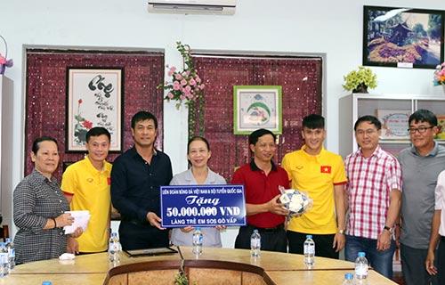ĐT Việt Nam: Hàng trăm em nhỏ chờ xin chữ ký Công Vinh - 1