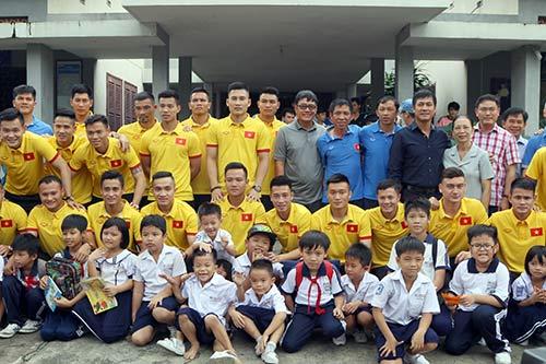 ĐT Việt Nam: Hàng trăm em nhỏ chờ xin chữ ký Công Vinh - 4