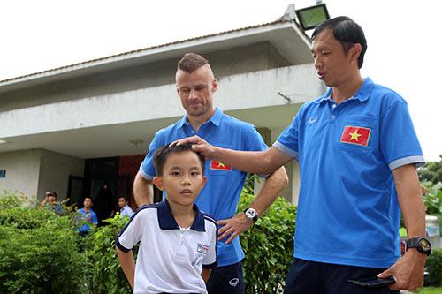 ĐT Việt Nam: Hàng trăm em nhỏ chờ xin chữ ký Công Vinh - 5