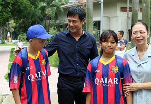 ĐT Việt Nam: Hàng trăm em nhỏ chờ xin chữ ký Công Vinh - 7