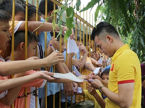ĐT Việt Nam: Hàng trăm em nhỏ chờ xin chữ ký Công Vinh - 9