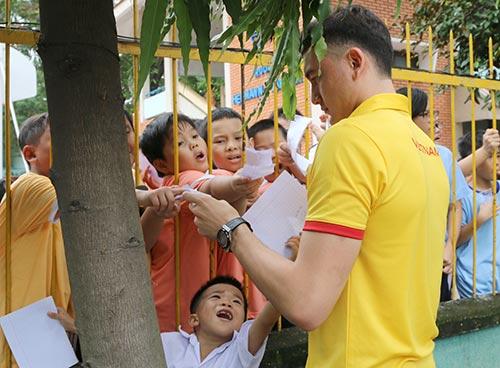 ĐT Việt Nam: Hàng trăm em nhỏ chờ xin chữ ký Công Vinh - 10