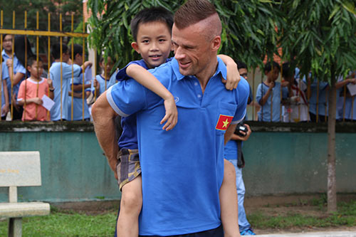 ĐT Việt Nam: Hàng trăm em nhỏ chờ xin chữ ký Công Vinh - 11